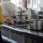 鍋の汚れの落とし方はホーローなど種類で重曹と酢を使い分けが大事!