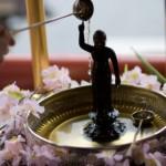 花祭りでお釈迦様に甘茶をかける由来!飾る花の種類や歌は?