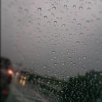 窓が曇る原因!外側が曇るのは湿気以外も関係が!?曇り止め対策は?