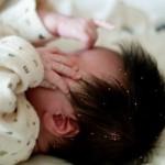 赤ちゃんの頭皮がくさい!うろこみたいなものはフケ?対処法は?