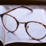 メガネのつるは交換・修理は可能?つるが臭いときの消し方や対処法は?
