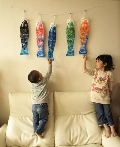 鯉のぼりと子どもの画像